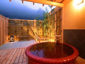 土湯温泉 源泉湯庵 ニュー扇屋:貸切露天:森の湯は、カップルに人気のお風呂です。ワインレッドの湯船が心地良い。