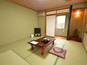 大谷にしき荘:【本館 和室】広さは6畳から。お部屋からは篠山の山並みが望めます。