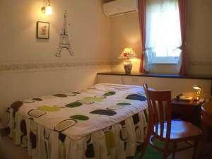 ル・モンヴェール:ダブルベッドルーム♪狭くても素敵な空間、カップルさんに人気!ユニットバストイレ、持込み用冷蔵庫付き。