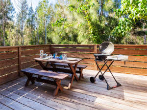 かりゆしコンドミニアムリゾート恩納ヴィラバルゴ:テラスにはガーデンテーブルがありBBQコンロを広げてBBQが可能です。