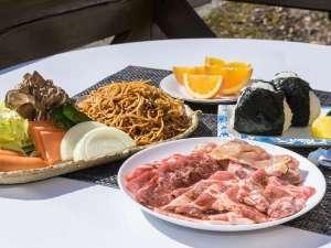 ログ・コテージ 尾瀬東明荘:バーベキュー食材セット内容(一例)(写真は2人前)お肉・焼きそば・野菜・おにぎり・フルーツがセット