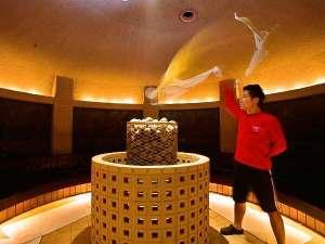 スパランドホテル内藤:古代オリエントをイメージした岩盤浴ゾーン 『ロウリュウ』が大人気!烈火隊のアクションに注目!