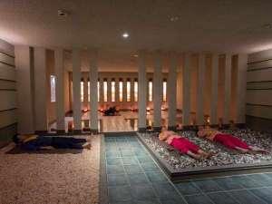 スパランドホテル内藤:天然ミネラルをふんだんに含む岩塩、翡翠、瑪瑙、ローズクオーツを混ぜたカラーストーン