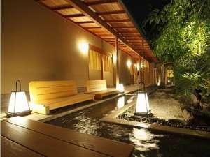 貸切露天風呂「春心亭」の前には足湯が誕生!お庭を眺めながらのんびりどうぞ