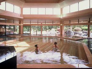 六角形と高い天井が特徴的な本館大温泉夢殿の一の湯。