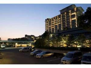 ホテル 花水木:■花水木外観夜景■宵に浮かぶ花水木の明るさ。