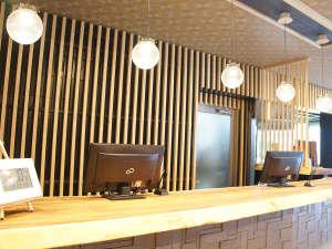 新調したフロントデスクは木材を活かしたデザインフロント