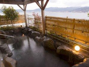 上諏訪温泉 RAKO華乃井ホテル:諏訪湖を望む露天風呂。信州の四季を眺めながら湯に浸かる。風が気持ち良い『水華の湯』露天風呂より
