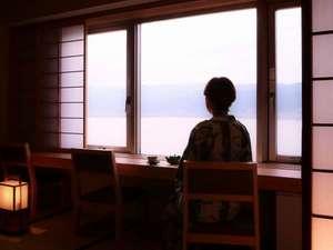 上諏訪温泉 RAKO華乃井ホテル:湖側和室から眺める湖と山々