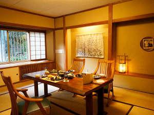 村のホテル住吉屋:和洋折衷食事処「松風」。畳に洋テーブル、足元もゆったりお食事をお愉しみください。