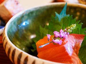 村のホテル住吉屋:信州サーモン・昆布〆。信州ならではの味覚をお愉しみください。