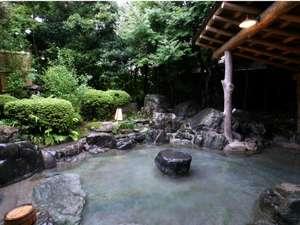 浪漫伝承の宿 明石家:古木や名石に囲まれ四季折々の風情溢れる露天風呂。