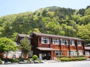 町営 光源の里温泉 ヘルシー美里:【ヘルシー美里 春の外観】1985年に閉校した早川北中学校の校舎を再活用しています。