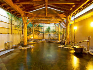 旅館 深雪温泉:【柿の湯・露天】温度の違う2種類の源泉を別々の湧出口から入れる事で浴槽で温度差をお楽しみ頂けます。
