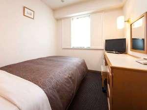 西鉄イン天神:シングルルームは広さ12㎡のお部屋に120cmのセミダブルベッドを使用。