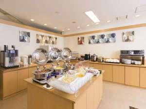 西鉄イン天神:朝食会場サラダコーナーやドリンクコーナーを設けてます。