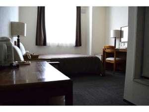 ホテル サンアート:広めのお部屋、ベッドで、ゆったりとくつろげるシングルルーム。