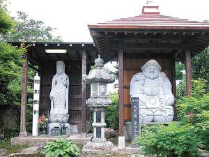 大進坊:*庭には東北最大と言われる「芭蕉の句碑」や、「聖観世音菩薩」「大黒様」が建立されています。