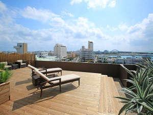 石垣島ホテルククル:屋上テラスは離島ターミナルや離島船が見えます。