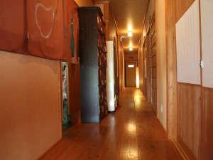 1日3組限定小さなお宿泉弘坊温泉~石見銀山・出雲大社のお膝元:木のぬくもりを感じる館内の廊下です。