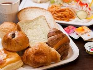 スーパーホテル上野・御徒町:無料サービスの健康パン朝食! パン・サラダ・ドリンク フリーでお腹いっぱいお召し上がりください。