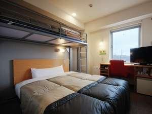 スーパーホテル上野・御徒町:ワイドベッドにロフトタイプのベッド! 2名様でのご利用が可能♪  珪藻土・ケナフクロスを使っています。