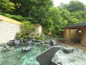 定山渓鶴雅リゾートスパ森の謌:【露天風呂】樹々が生い茂る森に囲まれたような露天風呂
