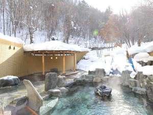 定山渓鶴雅リゾートスパ森の謌:【露天風呂】森に囲まれたような露天風呂。冬には雪見露天を楽しみながらのんびり湯浴みを。