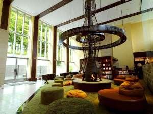 定山渓鶴雅リゾートスパ森の謌:【森ラウンジ】暖炉のオブジェは大木、緑のカーペットは草と大地をイメージし、まるで森の中にいるよう