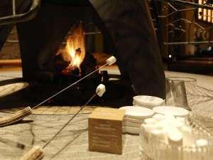 【森ラウンジ】森ラウンジの暖炉で「焼きマシュマロ」をお楽しみいただけます