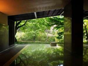 【大浴場】目の前の林間の静けさを感じ、瀬音に耳を傾ければ、自然に溶け込む心持ちに