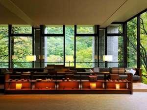 星野リゾート 界 箱根:【ロビーラウンジ】正面に広がる箱根の山の緑が皆さまをお出迎えいたします