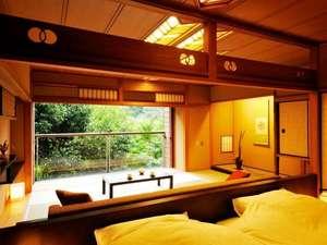 【和室10畳+ベッドルーム】全室リバービューの客室。ローソファや、界オリジナルのベッドを設置