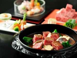 【明治の牛鍋】特別会席の台の物。ぶつ切りの牛肉を甘めの味噌で仕立てた逸品