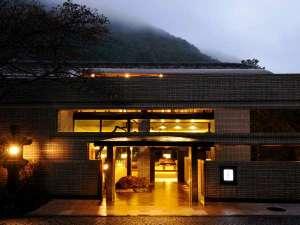 【外観】湯坂山と須雲川を眺める、箱根の旧街道沿いに佇む静寂の宿