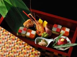 界箱根オリジナルの寄木細工の器に旬の食材をちりばめた「季節の八寸」