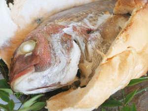 ワンちゃんと泊まる宿 ラハイナ:当館名物「真鯛のオリーブ焼き」。蒸し焼きにしているので身はふっくらやわらか