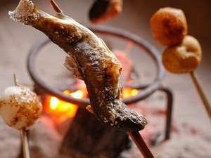 飛騨ともえホテル:囲炉裏の中では鮎も一層おいしそうです。