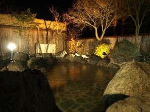 レイクホテル西湖:姉妹施設いずみの湯露天風呂(夜の風景)