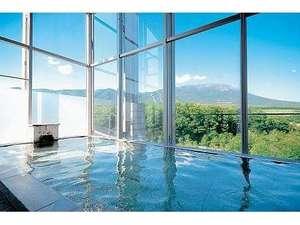 ゆこたんの森:眺望抜群!宿泊専用展望風呂(男湯) 南部富士「岩手山」と一帯の牧野の絶景が広がります