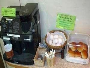 ホテル真田:無料朝食サービス(コーヒー:パン:ゆで卵)です。朝6時30分~朝10時。宿泊部屋内での食事形式です。