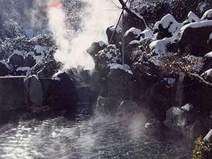 越後湯沢温泉 露天大岩風呂の宿 湯沢東映ホテル:【露天風呂】 エリア最大級を誇る露天大岩風呂&大浴場。湯量豊富で開放的な温泉入浴を楽しめる。