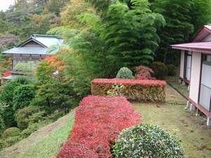 湯元不忘閣:高台のお部屋と、行くぜ、東北。JR東日本の舞台となった御殿。お部屋からの眺めはいいが長い階段もある。