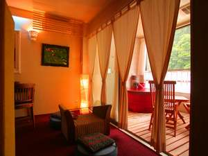 湯原温泉 我無らん:情熱的な「赤」を基調とした客室「紅柄」。赤い浴槽、赤い絨毯、2人の気持ちを高めてくれる。