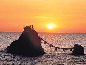 夏至の頃に見える夫婦岩の日の出