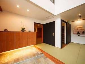 香住 あさ陽の宿 なべや:スタイリッシュな玄関は吹き抜けになっていて広々。お客様をお出迎え致します。
