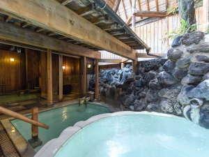 草津温泉 奈良屋:【花の湯・露天風呂】草津最古白旗源泉を使用。敷地内の槽で冷まし、泉質を落ち着かせてから引き込みます