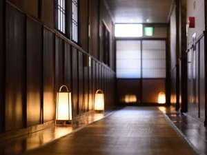 【廊下】館内は落ち着いた和の空間