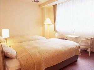 ビジネスホテル プランタン:【ツインベッドルーム】窓からは、季節ごとの山の景色が楽しめます。