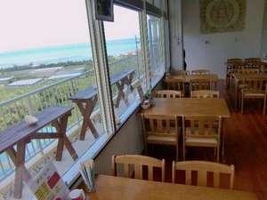 ペンション榮クラブ:食堂とテラスと海
